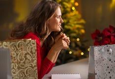 Mulher entre o pensamento do bagsda comprado Natal o que é deixado para fazer Imagens de Stock Royalty Free