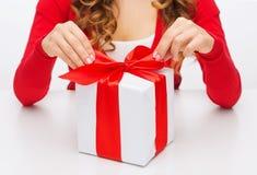 A mulher entrega caixas de presente da abertura Fotografia de Stock