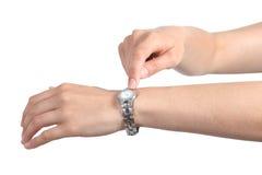A mulher entrega gesticular demasiado tarde com seu relógio de pulso imagem de stock