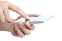 A mulher entrega guardar e tocar em uma tela esperta do telefone Foto de Stock Royalty Free