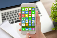 A mulher entrega guardar o telefone com o caderno dos apps dos ícones da tela home Fotos de Stock