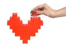 A mulher entrega o coração do vermelho do edifício imagem de stock royalty free