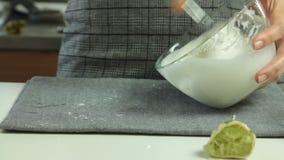 A mulher entrega o cozimento do grupo da sobremesa das panquecas do Souffle filme