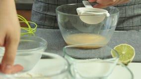 A mulher entrega o cozimento do grupo da sobremesa das panquecas do Souffle video estoque