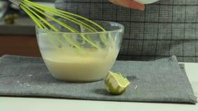 A mulher entrega o cozimento do grupo da sobremesa das panquecas do Souffle vídeos de arquivo