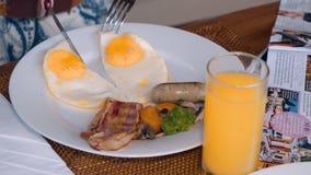 A mulher entrega o ovo frito do corte no café da manhã filme