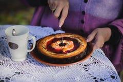 A mulher entrega a torta da baga do corte Fotos de Stock Royalty Free