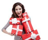 A mulher entrega um número de caixas de presente Imagem de Stock Royalty Free