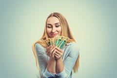 Mulher entusiasmado com contas de dinheiro imagem de stock