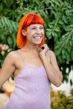 Mulher entusiasmado com o cabelo vermelho que enjoing um dia relaxado foto de stock