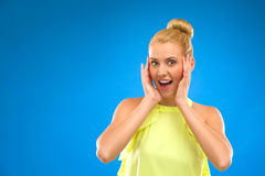 Mulher entusiasmado de sorriso que olha a câmera. Fotos de Stock Royalty Free
