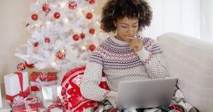 Mulher entusiasmado feliz que lê uma mensagem do Natal imagem de stock