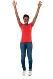 Mulher entusiasmado que aumenta seus braços acima imagens de stock royalty free