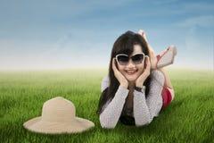 Mulher entusiasmado que encontra-se no prado 1 Foto de Stock