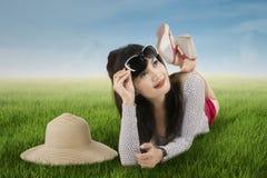 Mulher entusiasmado que encontra-se no prado Fotos de Stock Royalty Free