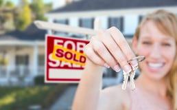 Mulher entusiasmado que guarda chaves da casa e vendida para a venda Real Estate S foto de stock royalty free