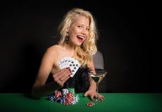Mulher entusiasmado que joga o pôquer imagens de stock