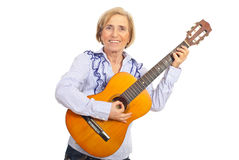 Mulher envelhecida de sorriso com guitarra acústica foto de stock royalty free