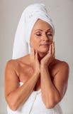 Mulher envelhecida média bonita foto de stock