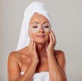 Mulher envelhecida média bonita imagem de stock royalty free