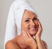 Mulher envelhecida média bonita imagens de stock