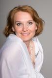 Mulher envelhecida média de sorriso imagem de stock
