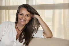 Mulher envelhecida média de sorriso foto de stock royalty free