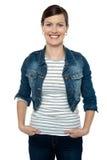 Mulher envelhecida média lindo na roupa na moda imagem de stock
