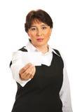 Mulher envelhecida média que dá o cartão em branco fotos de stock