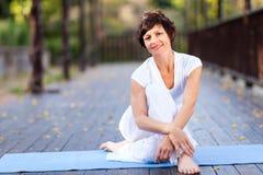 Mulher envelhecida média que relaxa Foto de Stock