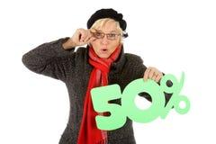 Mulher envelhecida média, sinal de um disconto de cinqüênta por cento Imagem de Stock Royalty Free