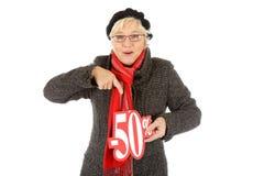 Mulher envelhecida média, sinal de um disconto de cinqüênta por cento Fotografia de Stock