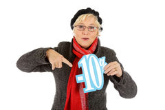 Mulher envelhecida média, sinal de um disconto de dez por cento Fotografia de Stock