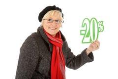 Mulher envelhecida média, sinal de um disconto de vinte por cento Imagem de Stock Royalty Free