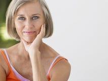 Mulher envelhecida meio de sorriso imagens de stock royalty free