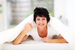 Mulher envelhecida meio do divertimento Fotografia de Stock