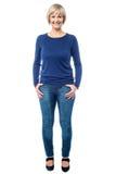 Mulher envelhecida meio na roupa na moda imagens de stock