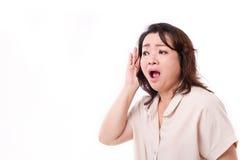 Mulher envelhecida meio que escuta más notícias Imagens de Stock