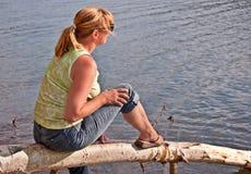 Mulher envelhecida meio que relaxa no lago Fotografia de Stock