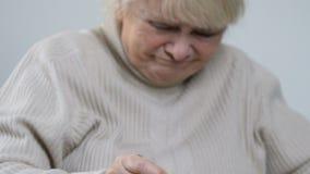 Mulher envelhecida que come o papa de aveia untasty com aversão e que joga a colher, lar de idosos video estoque