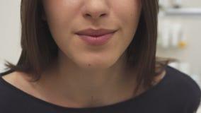 A mulher envia o beijo do ar video estoque