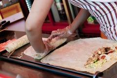 A mulher envolveu o pão árabe enchido Imagem de Stock Royalty Free