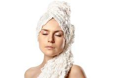 A mulher envolveu a toalha no branco Fotos de Stock Royalty Free
