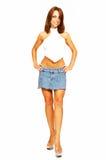 Mulher ereta na saia curta das calças de brim. Fotografia de Stock
