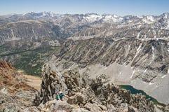 A mulher escala a montanha Foto de Stock Royalty Free