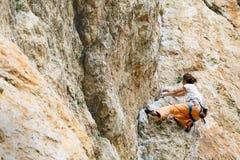 A mulher escala a montanha imagem de stock