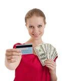 A mulher escolhe entre o cartão de crédito, dinheiro do dinheiro Imagens de Stock Royalty Free