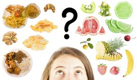 A mulher escolhe entre o fast food ou frutos saudáveis Foto de Stock