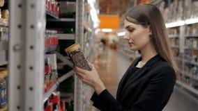 A mulher escolhe no café da loja para o trabalho, mulher de negócios no supermercado Foto de Stock