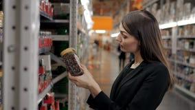 A mulher escolhe no café da loja para o trabalho, mulher de negócios no supermercado Foto de Stock Royalty Free